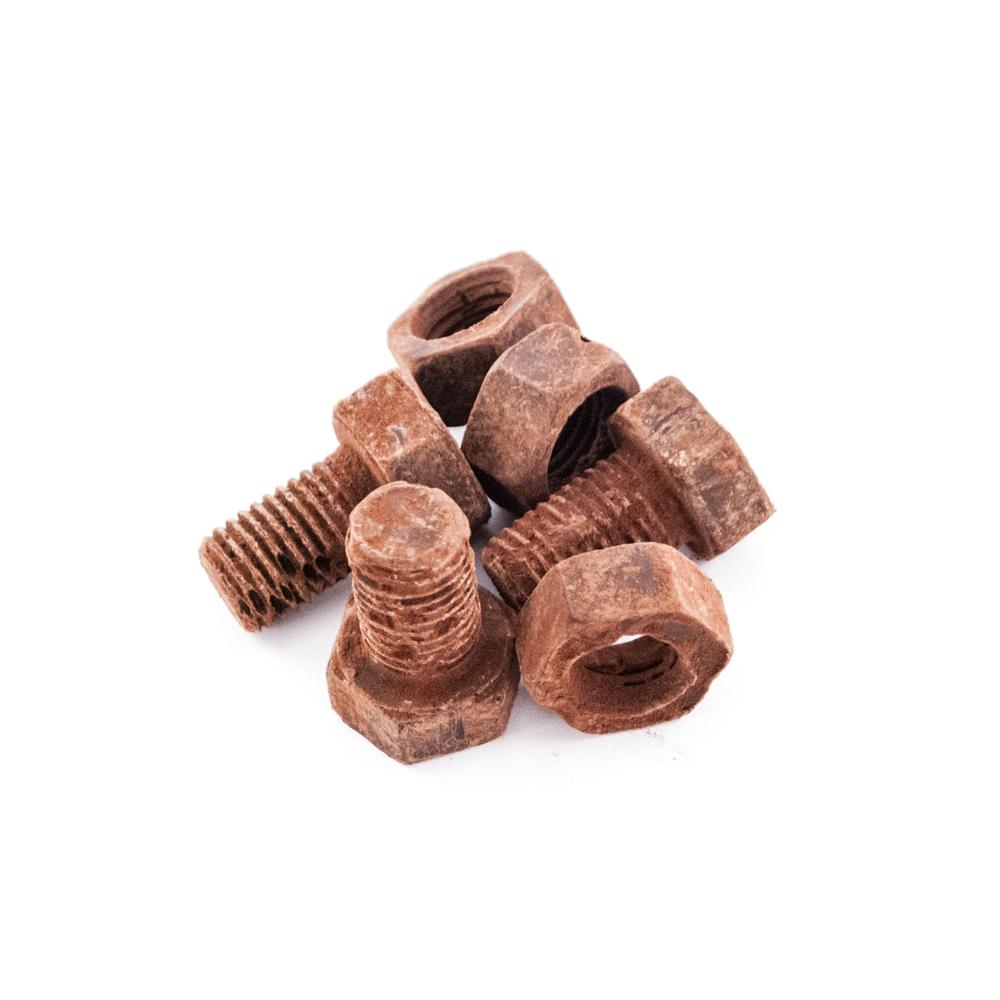 Små bolte og møtrikker med rust af kakaopulver 60 g