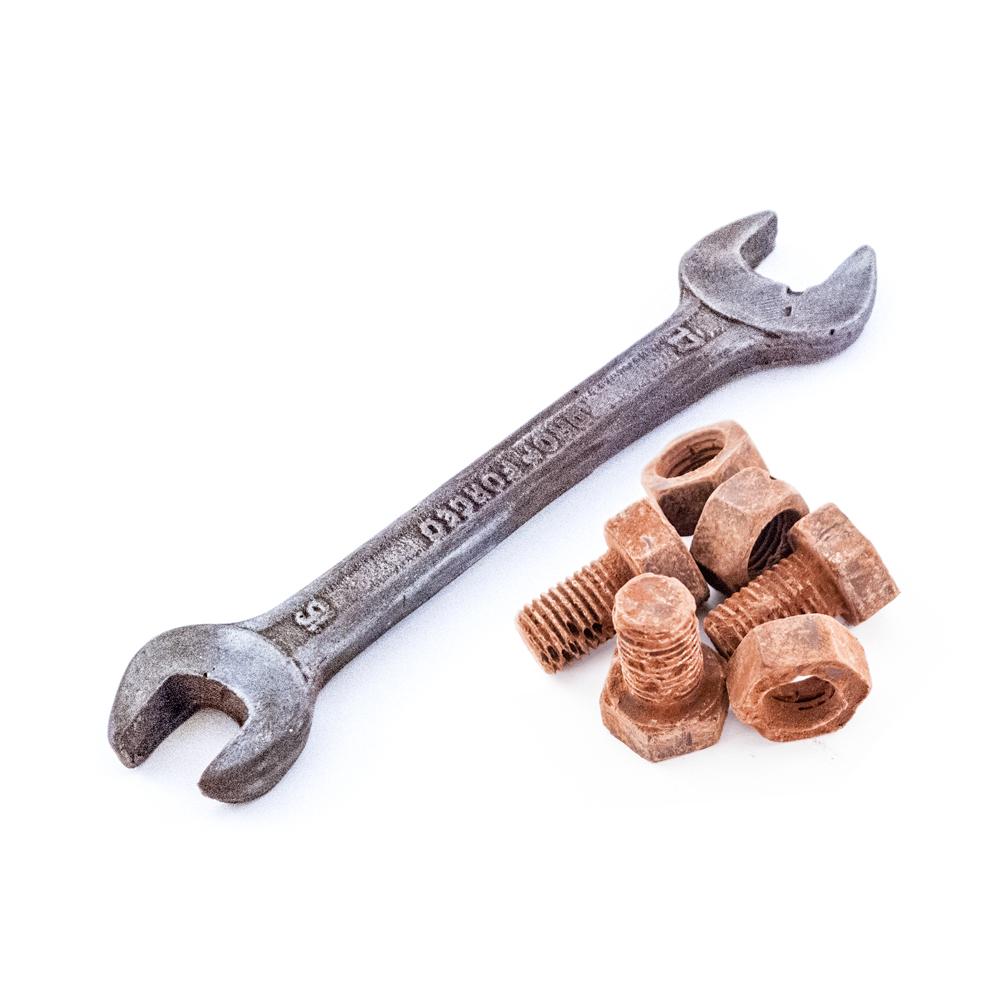 Lille fastnøgle og lille bolt og møtrik med rust af kakaopulver 40 g