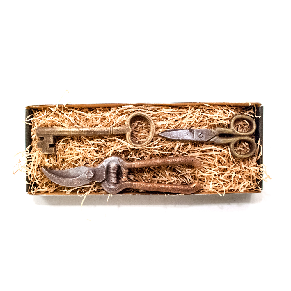 Stor havesaks, saks samt gl. nøgle i stor gaveæske 110 g