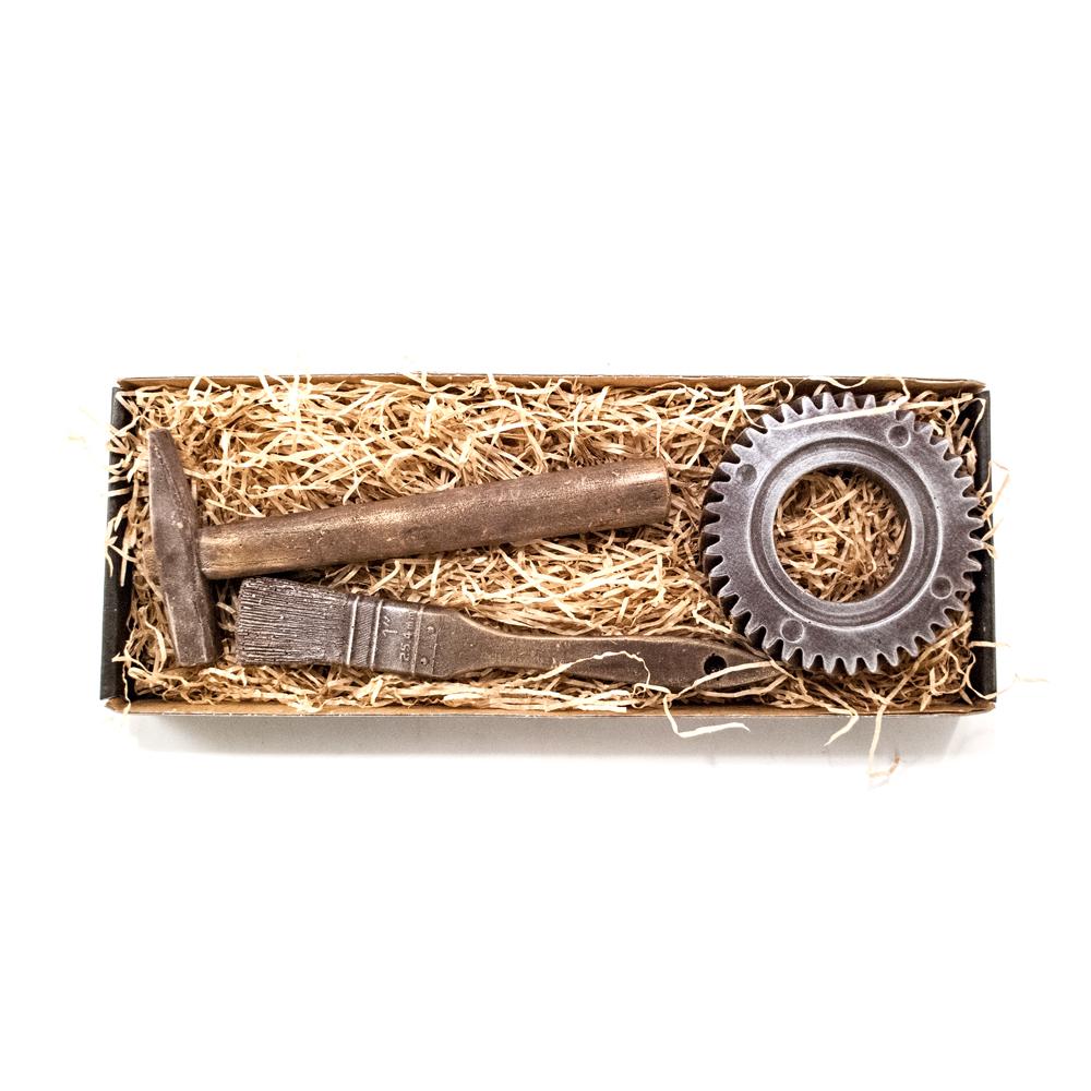 Hammer og stort tandhjul, samt pensel i stor gaveæske 155 g