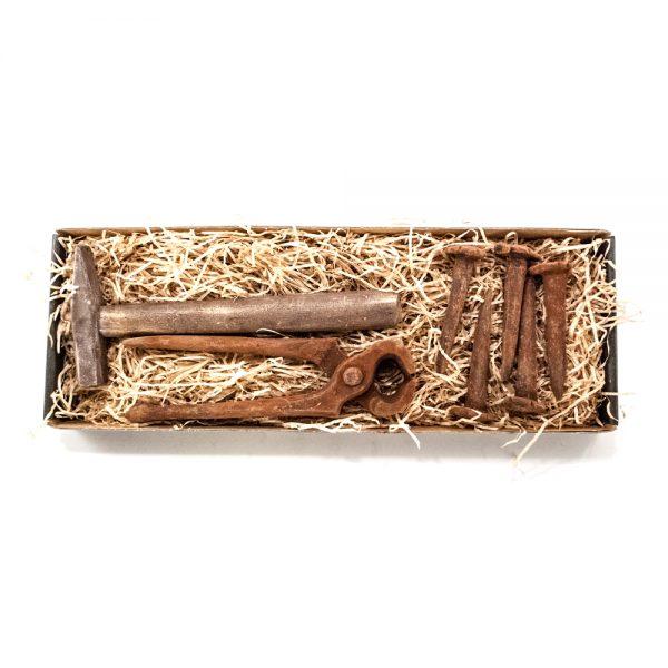 Hammer, knibetang samt søm i stor gaveæske 125 g